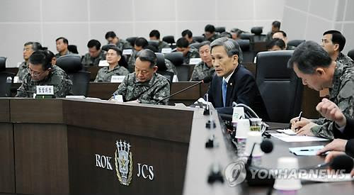 South Korean Defense Minister Kim Kwan-jin convenes a meeting of top commanders to discuss anti-drone measures at the Joint Chiefs of Staff headquarters on April 7, 2014. (Yonhap)