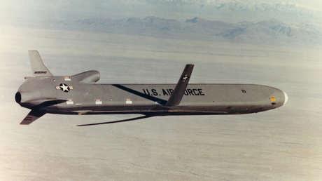 Misil de crucero AGM-86B de la era de la Guerra Fría en vuelo, foto de archivo
