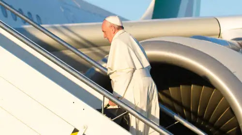 El Papa viaja ya rumbo Chile y Perú tras despegar de Roma