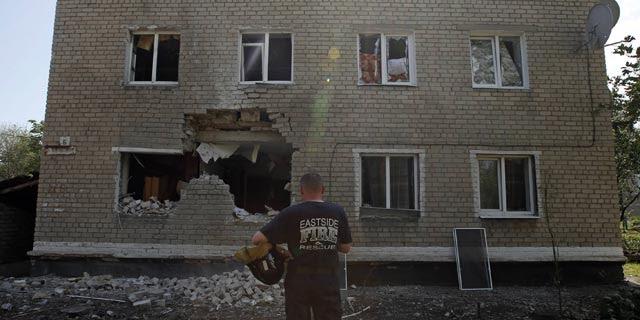 Uno de los daños causados por el fuego de Kiev en Maryinka (Donetsk),12 dde julio de 2014. REUTERS/Maxim Zmeyev