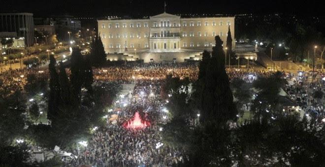 Los partidarios del NO celebran los resultados del referéndum en la Plaza Syntagama de Atenas.- EFE