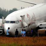 En Indonésie, des responsables entourent le boeing 737 de la Batik Air après que l'avion a dérapé hors de la piste à l'atterrissage à l'aéroport de Yogyakarta le 6 novembre 2015, pour un bilan de 167 blessés dont 7 membres de l'équipage. (Crédits : Juli Nugroho / NurPhoto / via AFP)