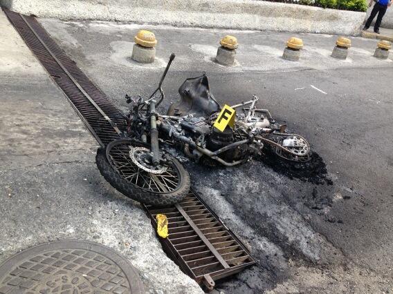 Con saña y coreando consignas, una turba de opositores quemó la moto del sargento de la GNB Agnes López Lión, luego de que un francotirador lo asesinara de un tiro en la cabeza en Los Cortijos.