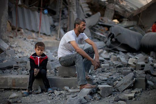 Padre_y_niña_sobre_escombros