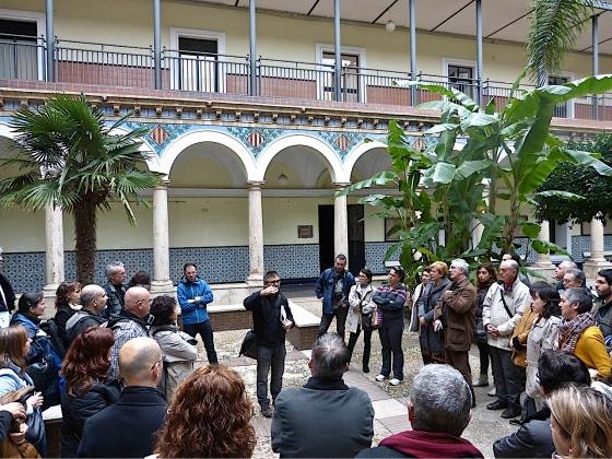 Explicación histórica en el patio del IES Lluis Vives. Foto Mercedes Grau