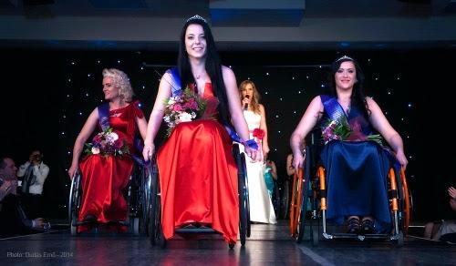"""As cadeirantes húngara Fanni Illés acompanhada da romena Kinga Ilyes e a bósnia Eminna Mirna Fejzovich no concurso """"Miss Colours International 2014″"""