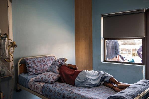 Un paciente con tuberculosis descansando en una habitación en el Hospital de Enfermedades Tropicales Sizwe en Johannesburgo el mes pasado.