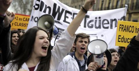 """Cientos de estudiantes durante la manifestación que han iniciado poco antes de las 12:30 horas en Madrid bajo el lema """"Abajo el decreto 3. Hijo del obrero a la universidad"""" para mostrar su rechazo a los grados de tres años y a la política educativa del Go"""