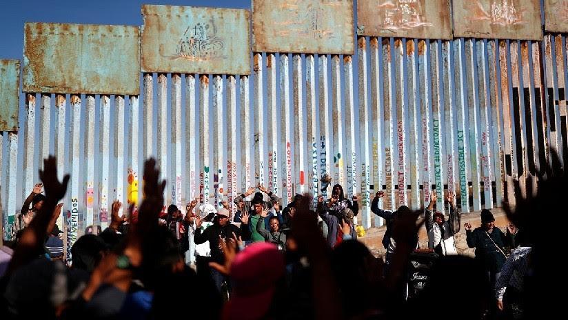 VIDEO: Alrededor de 100 migrantes intentan cruzar la frontera en Tijuana