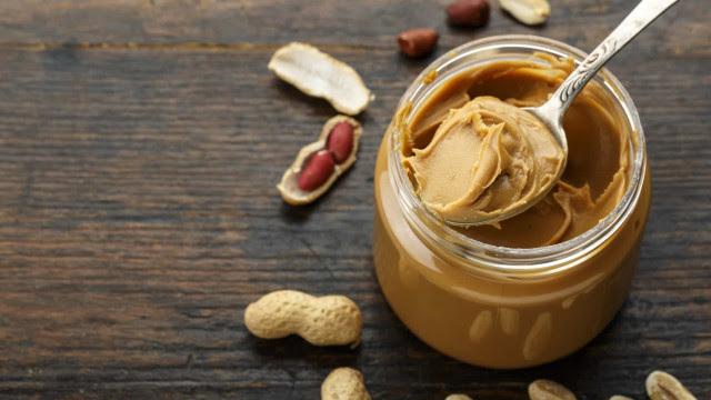 Faça a sua própria manteiga de amendoim. É fácil