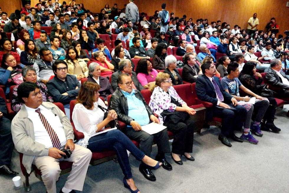 Ante un auditorio repleto de estudiantes de las diferentes carreras que se imparten en la Universidad Tecnológica de Nezahualcóyotl (UTN)