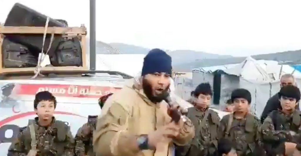 Niños uigures en Siria arengados por un religioso integrista