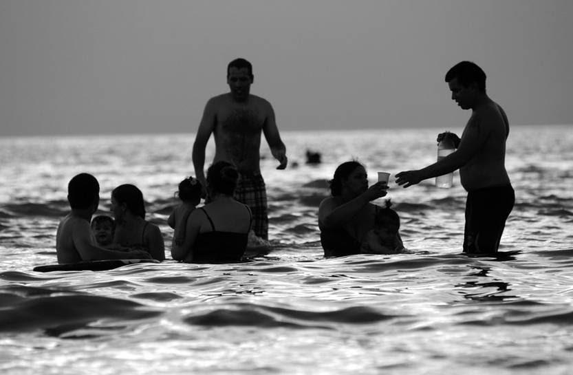 Montevideanos en la playa Ramírez, ayer al atardecer.