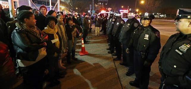 Manifestantes se reúnen para protestar contra la decisión de no acusar formalmente a un policía que mató en julio pasado a un hombre negro.