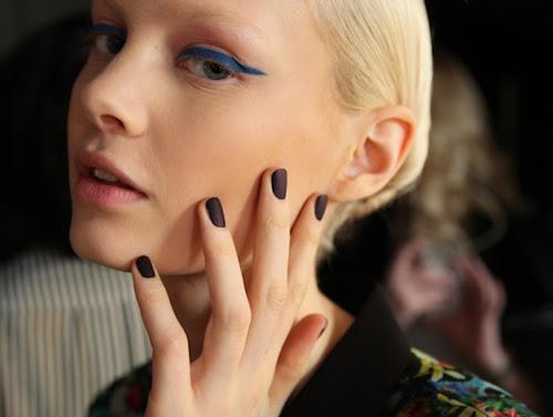 tendencia-manicura-unas-negro-mate-invierno-2013