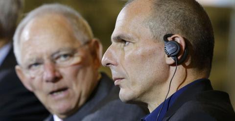 El ministro griego de Finanzas, Yanis Varoufakis, junto a su homólogo alemán, Wolgang Schäuble, en la rueda de prensa que ambos han celebrado en Berlín. - REUTERS