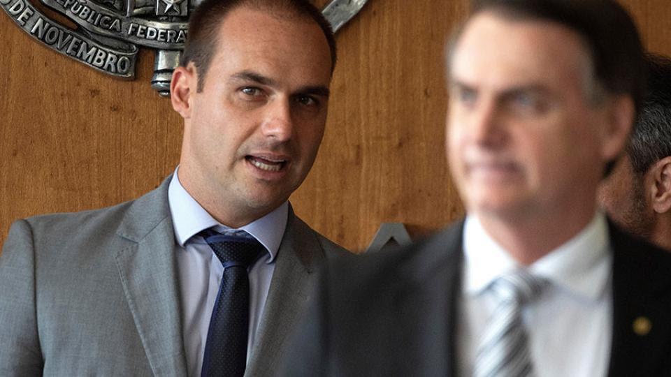 Eduardo Bolsonaro junto a su padre, el electo presidente Jair Bolsonaro.