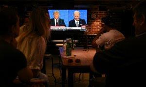 30/09/2020 - Personas miran el primer debate presidencial de Estados Unidos en un bar de Sídney. / REUTERS - LOREN ELLIOTT
