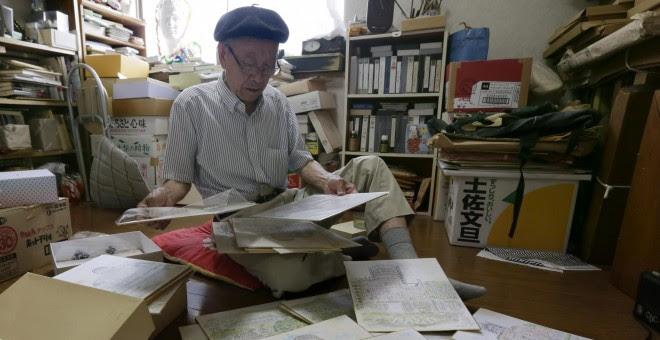 Hiroshi Hara, superviviente de la bomba atómica en Hiroshima de 83 años, muestra una de sus pinturas de la Cúpula Genbaku. EFE/Kimimasa Mayama