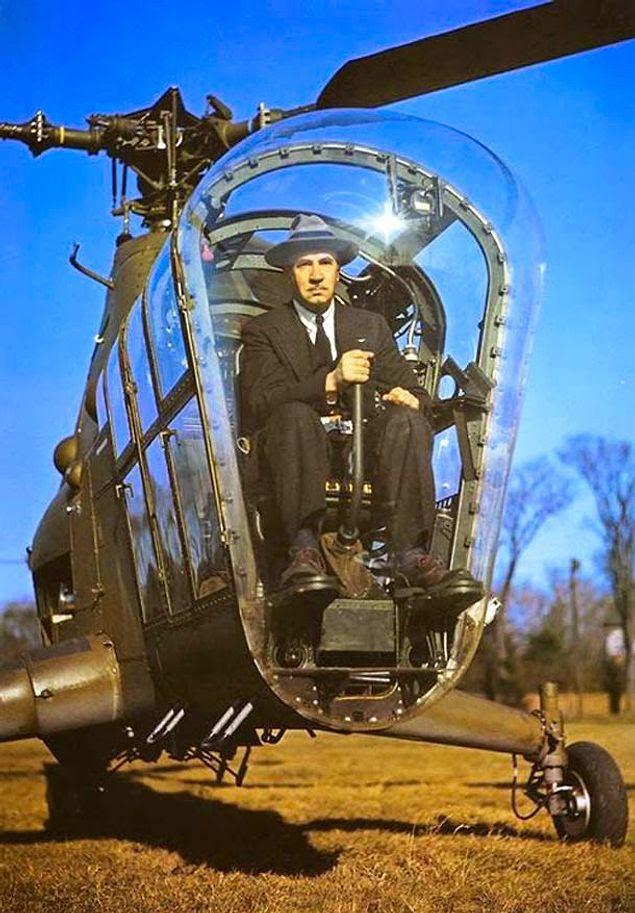 Изобретатель первого вертолета Игорь Сикорский в                   вертолете Sikorsky H-5, 1945 год.