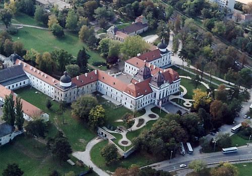 Imagini pentru Palatul Regal Gödöllő