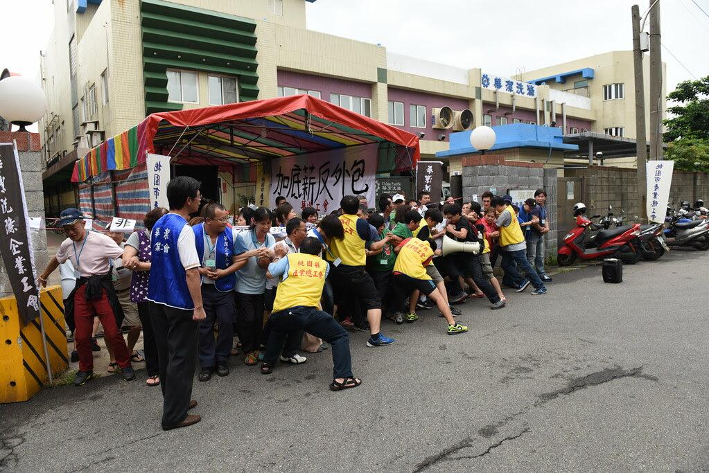 桃市產總人員扮演欲強行進入廠區的資方派人馬,與工會成員進行阻擋演練。(攝影:宋小海)