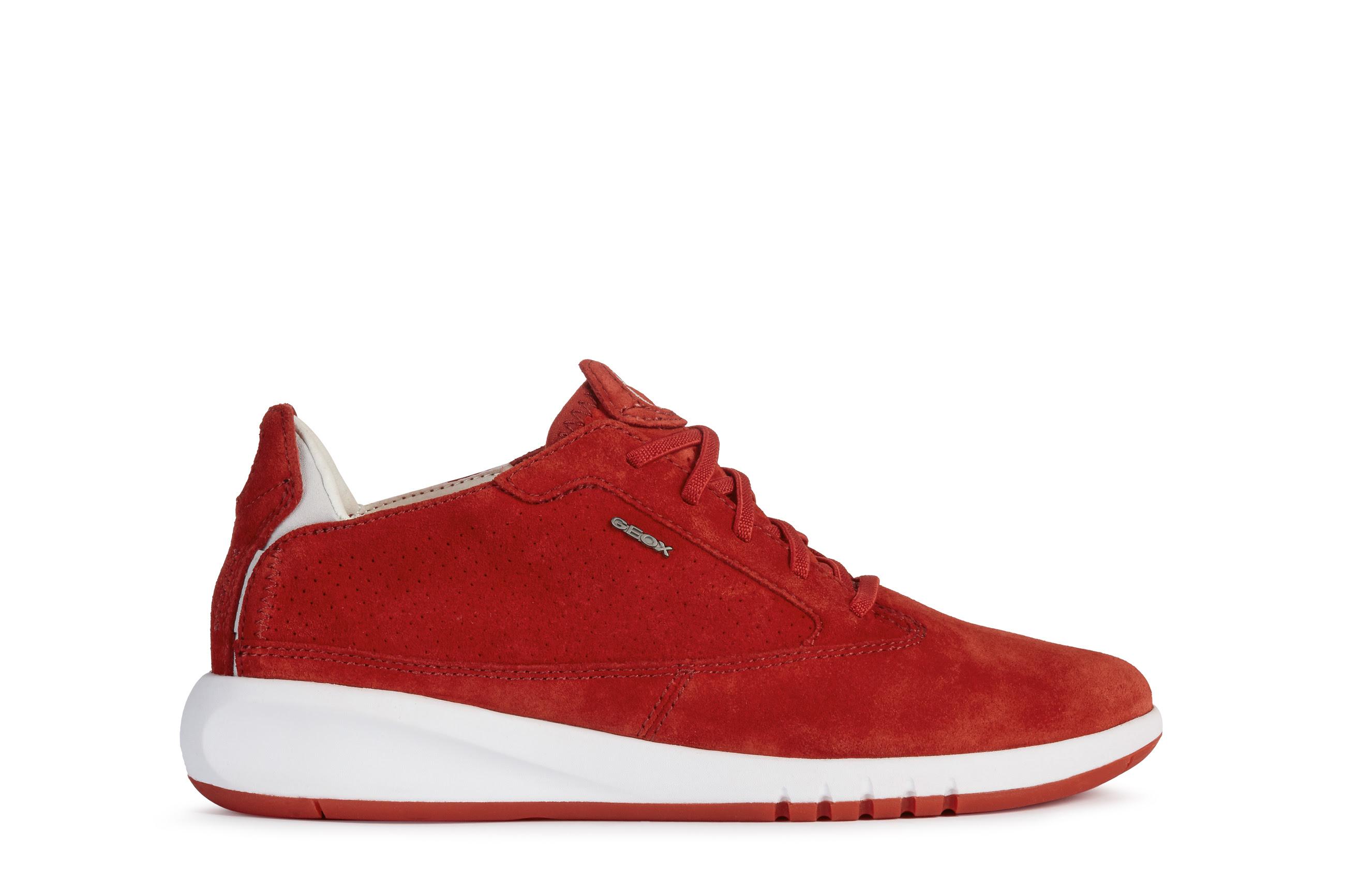 4a471db8 a5a2 4007 a5b7 2a2f5dccf138 - Kaia Gerber tiene la selección de prendas y calzado perfectos para hacer deporte en casa