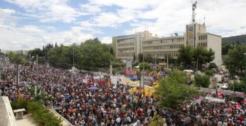Imagen de archivo de una manifestación ante la sede de la televisión pública griega exigiendo su reapertura.- EFE