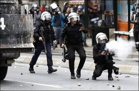 Policías disparando pelotas de goma contra los manifestantes en Estambúl