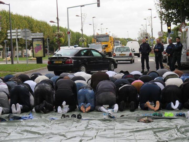 Montfermeil : 200 musulmans ont prié dans la rue, encadrés par la police