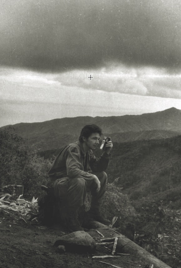 El jefe del Segundo Frente tenía suficientes pruebas de que los aviones de Batista, arrojaban bombas de napalm y rockets, sustancias criminales suministradas por Estados Unidos y pertrechados en la base naval de Guantánamo. En los últimos días del mes de mayo, Raúl Castro recibió una foto y documentos de gran importancia de manos del Departamento de Inteligencia Rebelde que probaba lo anteriormente expuesto. Foto: Archivos de la Oficina de Asuntos Históricos del Consejo de Estado.