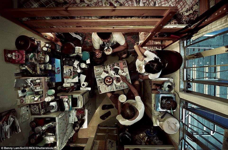 Một nhóm người ăn trong một căn hộ nhỏ gồm có một chiếc giường tầng