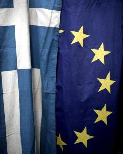 Las banderas de Grecia y la Unión Europea en un kiosko de Atenas. - AFP