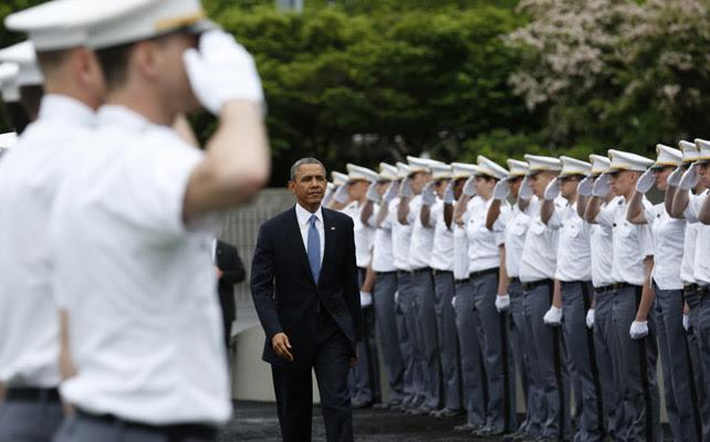 Obama llega a la ceremonia de graduación en la academia militar de West Point (Nueva York)