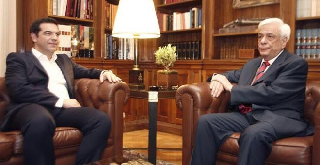Alexis Tsipras, primer ministro griego, durante la reunión mantenida esta noche con el presidente de la República griega, Prokopis Pavlopoulos.- EFE