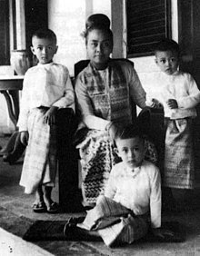 http://upload.wikimedia.org/wikipedia/commons/thumb/9/93/Khin_Kyi_and_family.jpg/220px-Khin_Kyi_and_family.jpg