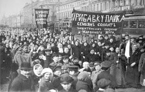 Protesto de milhares de operárias na Rússia em 8 de março de 1917