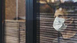 Testes podem estar dando positivo com vírus 'morto', diz cientista