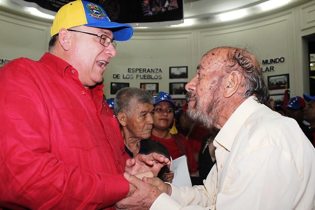 El Embajador Molero recibió a los manifestantes. En la gráfica saluda al líder histórico Genaro Ledezma, del FOCEP