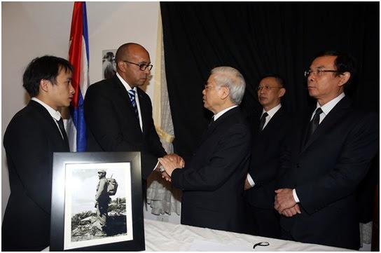 Ông Nguyễn Phú Trọng đến chia buồn với nhân viên Tòa Đại sứ Cuba tại Hà Nội. Ảnh: TTXVN