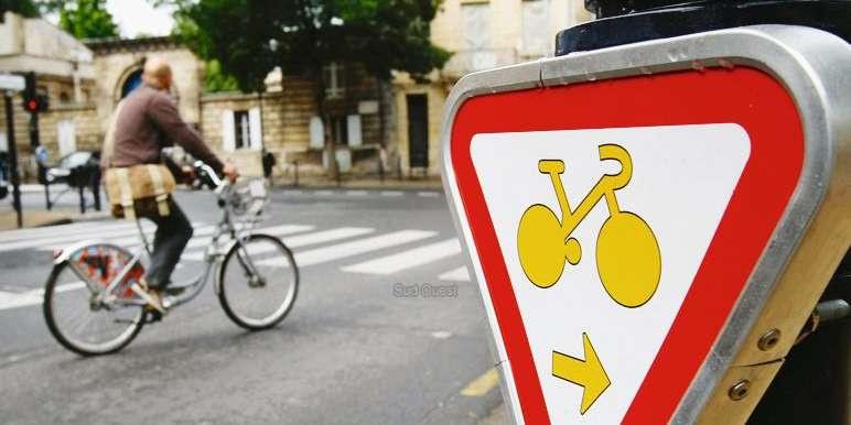 les-panneaux-tourne-a-droite-et-va-tout-droit-sont-plus-petits-que-les-autres-mais-adaptes-aux-cyclistes