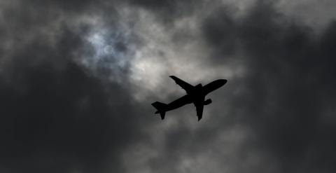 Un avión tras despegar de Ginebra, Suiza.- REUTERS