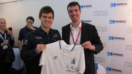 Magnus Carlsen posando con el polo del Club Reverté