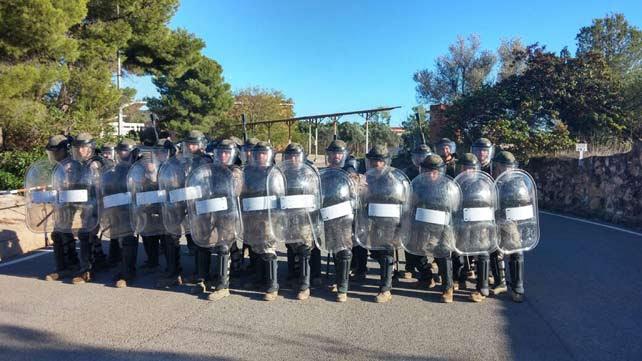 Soldados del Regimiento Lusitania nº8, de la Brigada de Caballería 'Castillejos' II, practicando con material antidisturbios para control de masas.