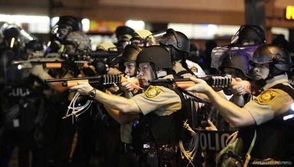 La Policía recurrió a gases lacrimógenos, bombas de humo y granadas de aturdimiento para dispersar la protesta nocturna.