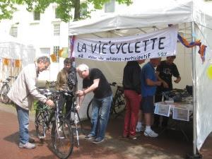 une petite dizaine de vélos retapés: câbles de freins, roues, crevaisons, réglages… petits et grands sont repartis sur deux roues, et un peu plus « vélonomes » !