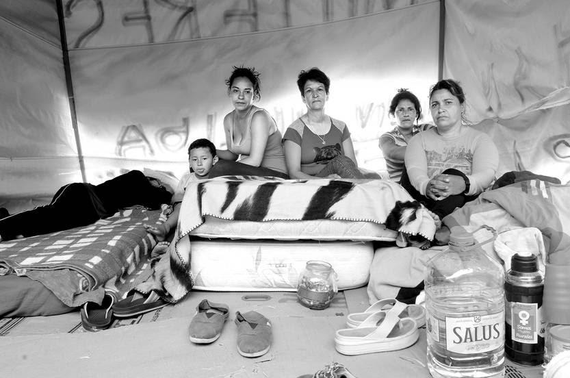 Campamento de agricultoras de Bella Unión en huelga de hambre, ayer, frente al Palacio Legislativo. • Foto: Alessandro Maradei