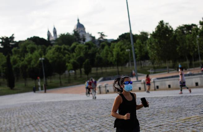 Varias personas hacen deporte en Madrid Río este lunes, primera jornada del paso a la fase 1 de Madrid que supone la reapertura de casi una veintena de zonas verdes de la capital