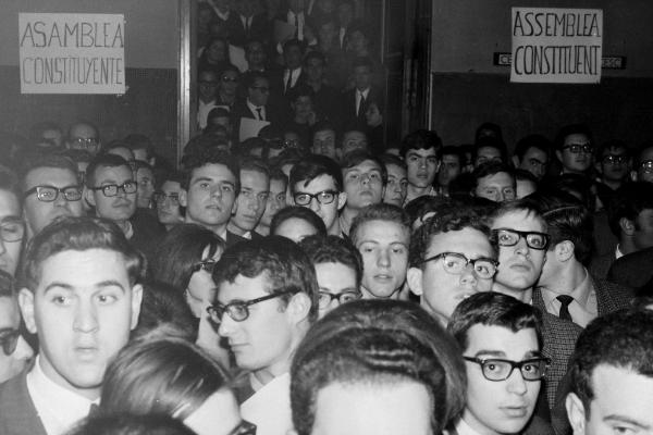 Imagen: Martínez i Molinos, Guillem. Asamblea Constituyente de la Unión Democrática de Estudiantes de la Universidad de Barcelona en el convento de los padres capuchinos de Sarrià, 9 de marzo de 1966. Arxiu Nacional de Catalunya.