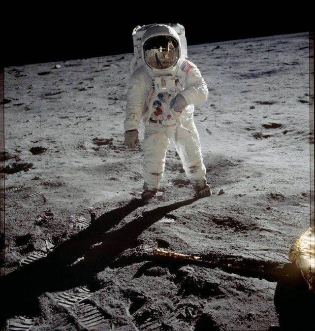 Buzz Aldrin caminando por la superficie de la luna durante la misión Apolo 11 (NASA).